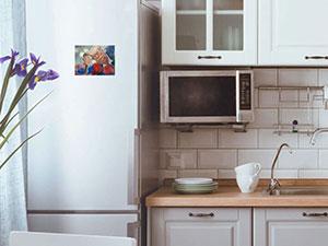 greta-vs-trump-artcard som hänger på en kylskåpsdörr
