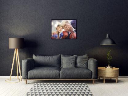 greta-vs-trump_numrerad-och-signerad, hängandes på en mörk vägg ovanför en soffa i ett modernt rum.
