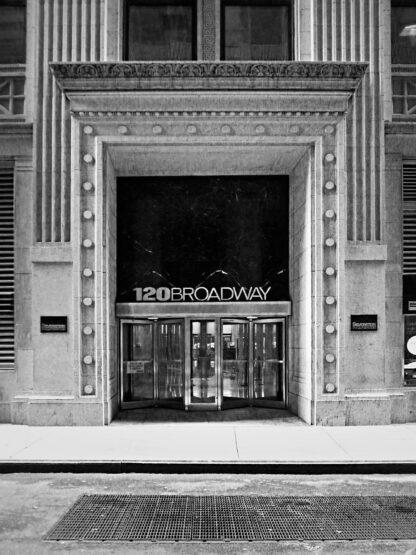 Svartvitt foto på entrén till Broadway.