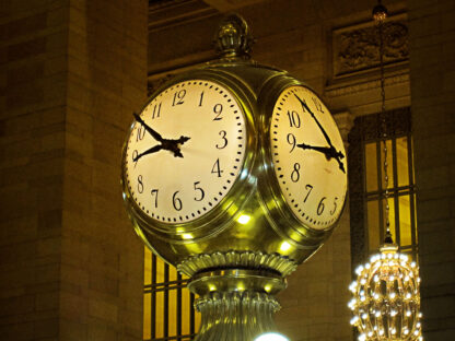 """Justin time"" - fotokonst på en publik klocka i en stad."