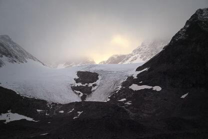 Tarfala Glaciären i skymning.