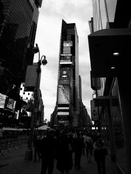 svartvitt foto på Time Square i New York